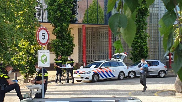De politie controleert op het terrein van Vion in Groenlo.
