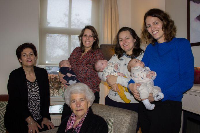 Fien van den Heuvel-Nossin (middenvoor) omringd door haar dochter  Ria van Falier (l) en vlnr. klein- en achterkleindochters  Mirjam Beekmans-van Falier met Anne (m), Rachel Dorhout-van Falier met Louise en Judith van Falier met Josephina (r).