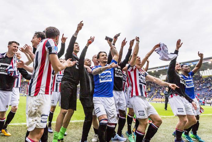 Willem II viert feest na de 1-2 overwinning in Breda afgelopen seizoen.
