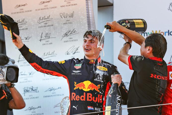 Honda-topman Toyoharu Tanabe mocht zondag met winnaar Max Verstappen mee het podium op en trakteerde de Nederlander daar op een champagnedouche.