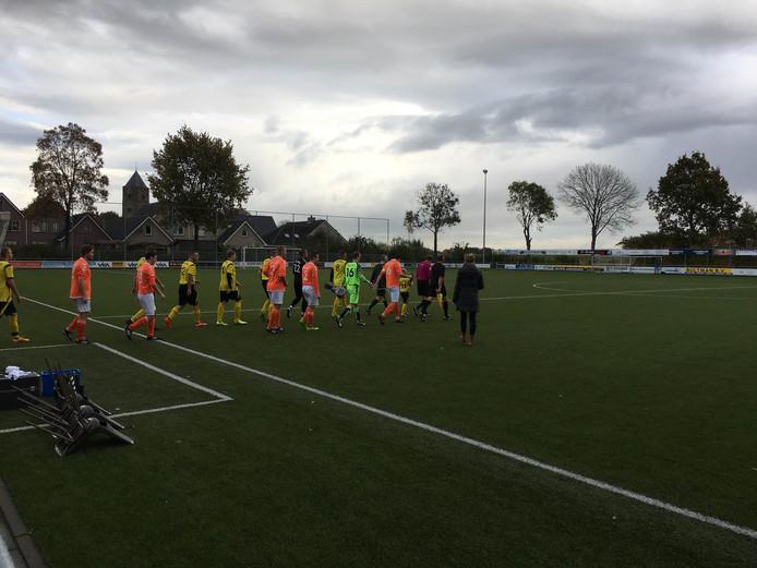 Beide ploegen betreden het veld voor de derby in Zalk.