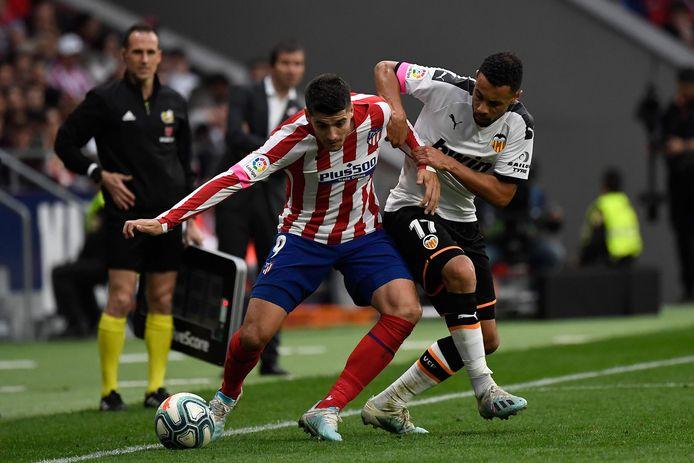 Valencia-middenvelder Francis Coquelin (l) probeert Atlético-aanvaller Álvaro Morata af te stoppen.