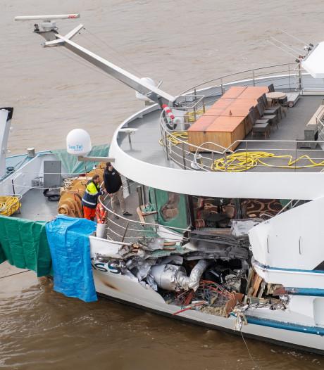 Schade Zwitsers cruiseschip enorm na aanvaring met vrachtschip bij Nijmegen