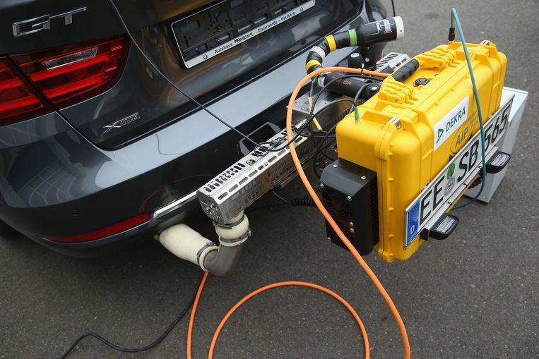 Een apparaat om de uitstoot van een auto te meten. Beeld Getty Images