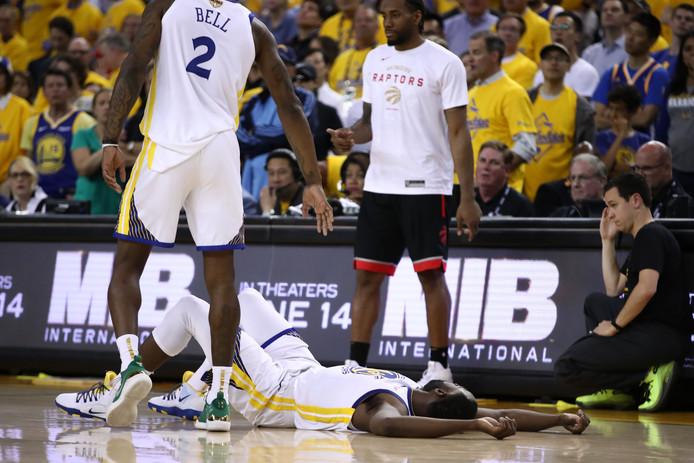 Draymond Green van Golden State Warriors ligt moedeloos op de grond.