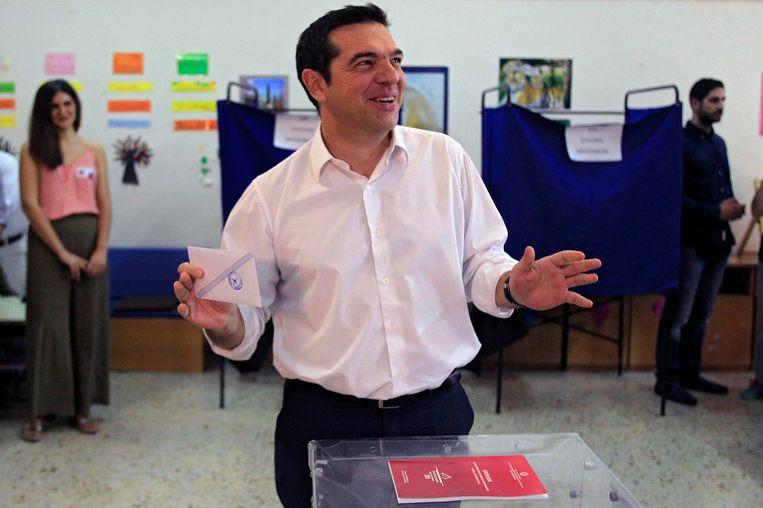 Oud-premier Tsipras bracht vroeg in de ochtend zijn stem uit in Athene. Beeld epa