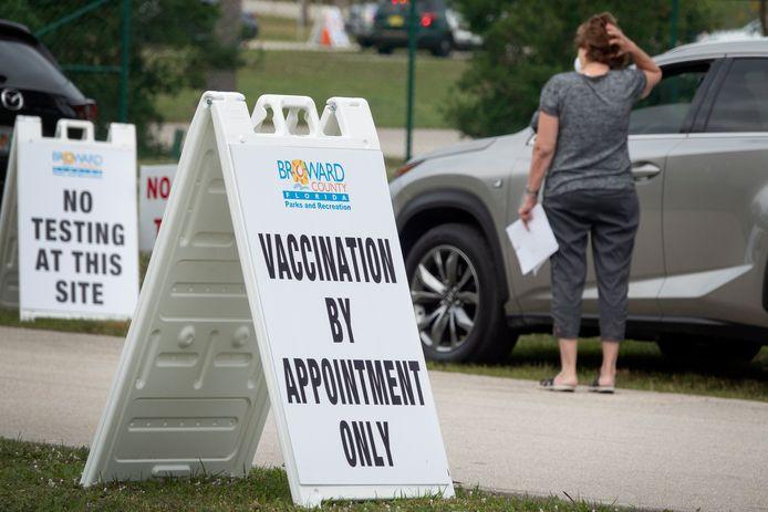 Wie in aanmerking komt voor vaccinatie, kan in Florida in de auto aanschuiven  aan een vaccinatiecentrum.