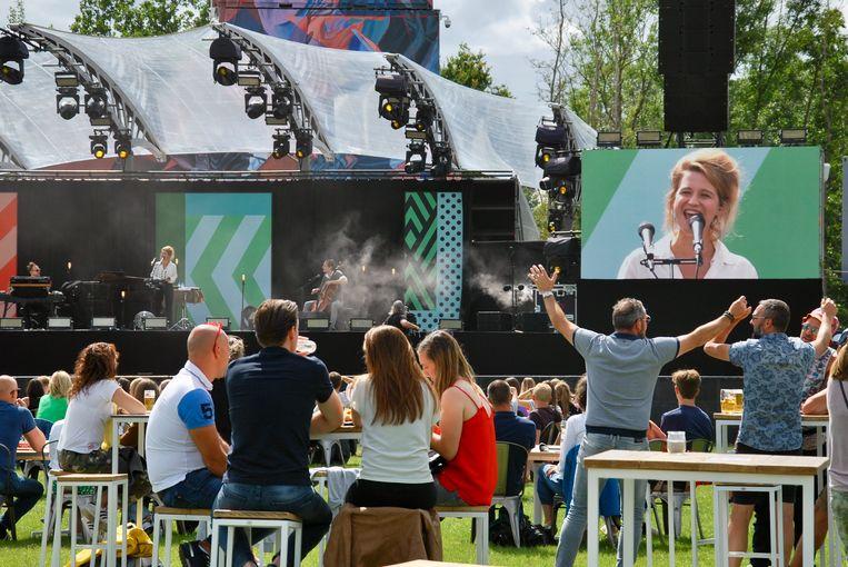 Selah Sue bij het begin van haar concert, terwijl sommigen al de handjes in de lucht durven steken.