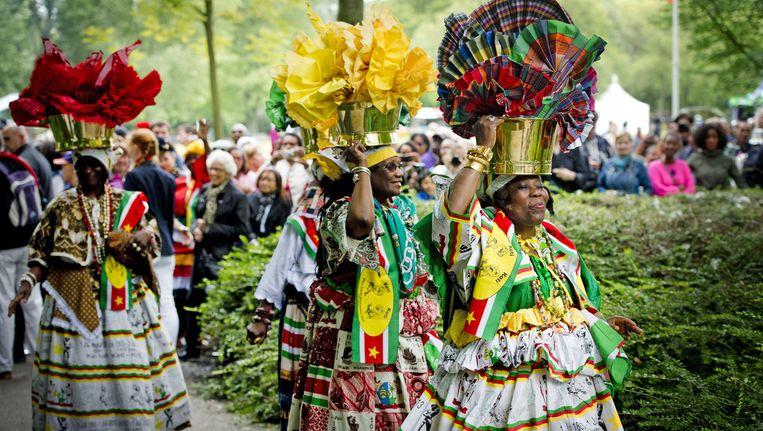 Bezoekers wonen de herdenking van de afschaffing van de slavernij bij in het Amsterdamse Oosterpark. Het was in 2013 150 jaar geleden dat Nederland de slavernij in de voormalige kolonien afschafte. Beeld anp