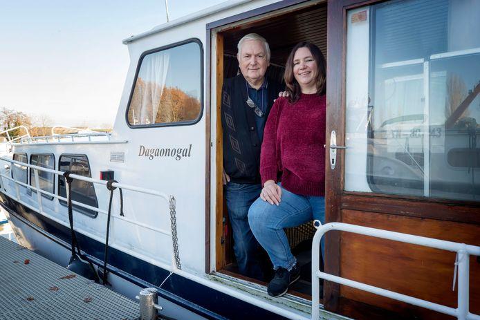 Partner Henk van Oosterwijk en dochter Susanne op de boot van Henk en Riet waarmee ze vaak weekendjes weggingen en in de zomer wat maanden naar Frankrijk.