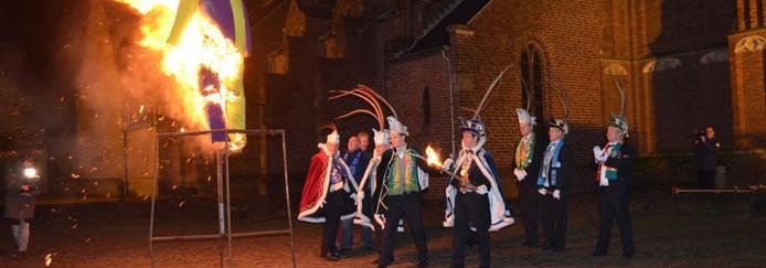 Om twaalf uur steken de Pierewaaiers in Moergestel hun Pierrot in brand.