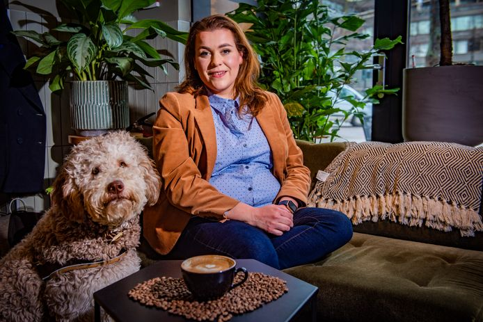 Charlotte Meindersma met labradoodle Tommy, de Chief Happiness Officer van Charlotte's Law Groot interview