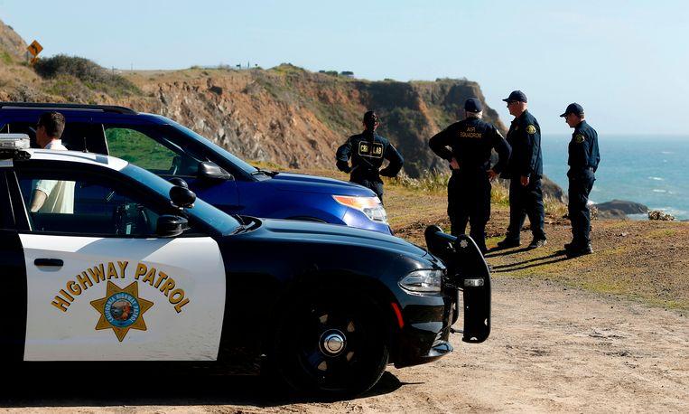 Agenten staan op de plek waar de auto de afgrond in is gereden.