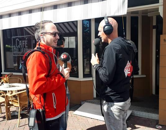 Radio 2 dj's Frank van 't Hof en Wouter van der Goes (rechts) collecteren vrijdag  in het centrum van Roosendaal voor KWF Kankerbestrijding