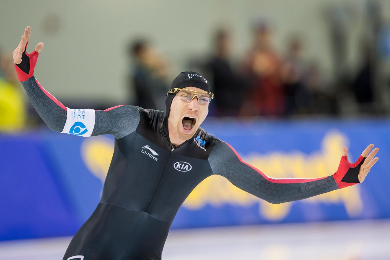 Ted-Jan Bloemen juicht nadat hij op 5000 meter het wereldrecord van Sven Kramer heeft verbroken.