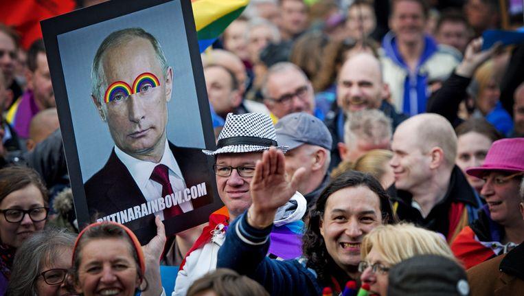 Demonstranten tegen de Russische antihomowet bij het Scheepvaartmuseum in Amsterdam Beeld ANP