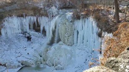 VIDEO. Prachtige beelden van bevroren waterval in Amerikaanse stad