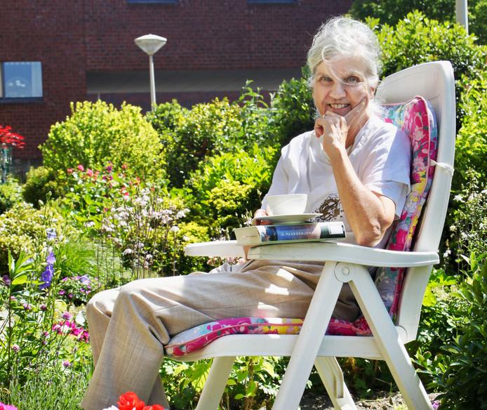 Weduwe Spierdijk is blij met tuinman.
