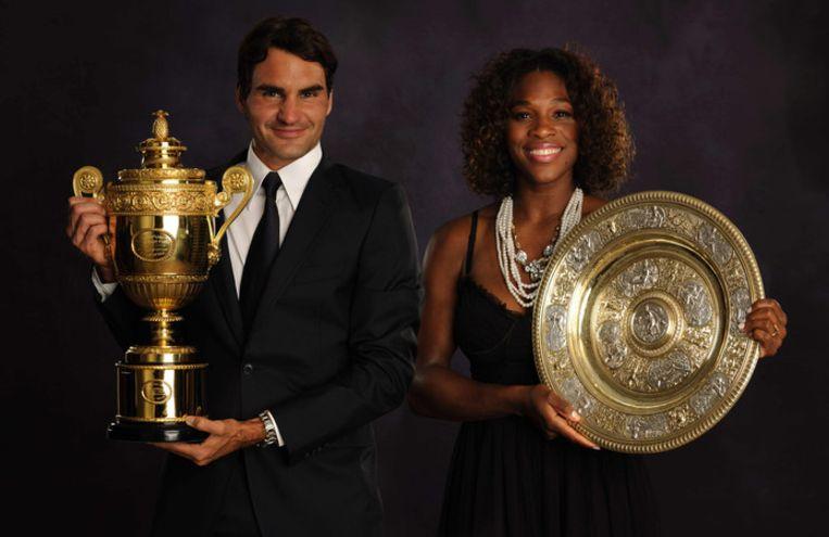 Federer en Williams, hier poserend met hun Wimbledontitels van 2009, nemen het tegen elkaar op.