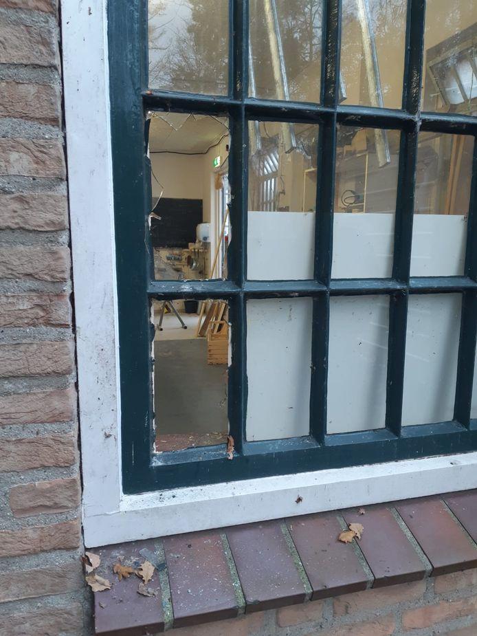 De braakschade bij het bedrijf in Rekken.
