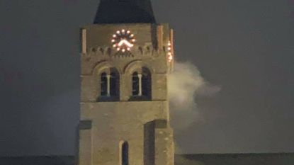 """Buurtbewoners bellen hulpdiensten na rook uit de kerktoren: """"Geen brand, rook komt wellicht van verwarmingsinstallatie"""""""
