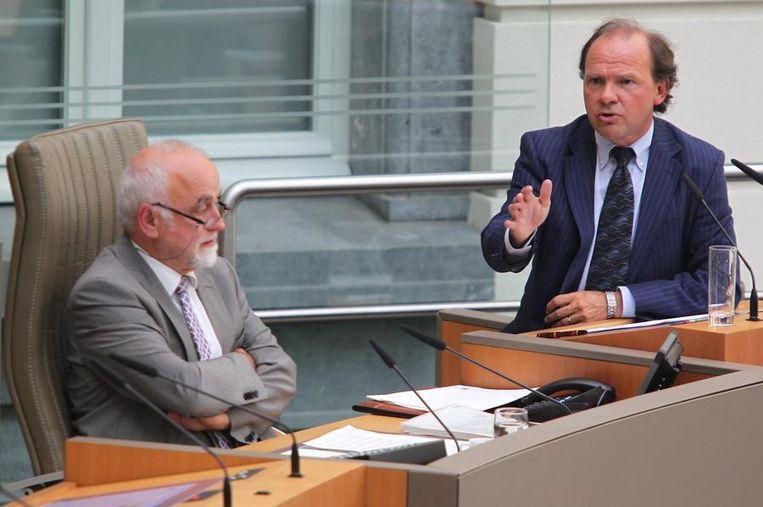 Jan Peumans (l.) en minister Philippe Muyters (r.) in het Vlaams parlement.
