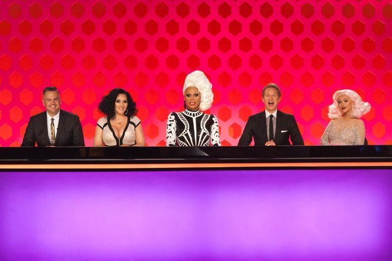 Presentator en drag queen RuPaul Charles (midden), samen met de gastjury, onder wie ook sterren als Christina Aguilera (rechts). Beeld VH1