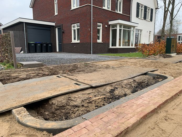 De Hazelaarlaan in Dordrecht. Na een rioolkast pal voor het huis (rechts) wordt daar nu ook een boom geplant. Het plantsoen waar die moet komen is al aangelegd.