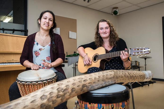 Jayanti Doekhi (links) en Saskia Gevers vertrekken eind augustus naar Oeganda om muziektherapie te geven aan voormalige kindsoldaten.