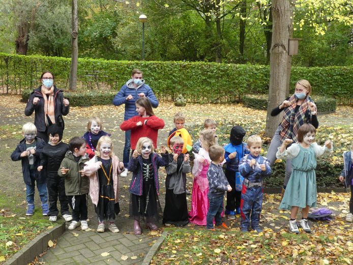 De kinderen in hun halloweenkostuum.