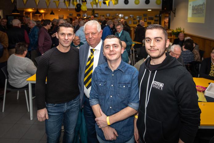 75 jaar VV Kruiningen met van links naar rechts secretaris Simon op't Hof, voorzitter Jaap van Langevelde en de filmmakers Nicky en Mitchel Bauer.