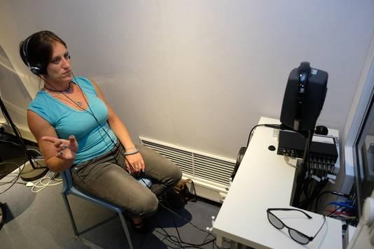 Marleen tijdens een test met de hoofdtelefoon.