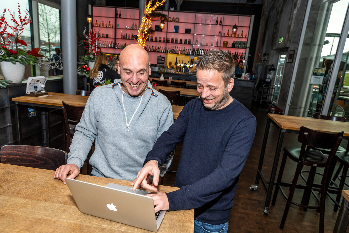 Joop Vos (links) en Maarten Saris werken in de brasserie van De Cacaofabriek aan hun oudejaarsconference.