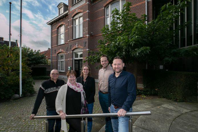 Het ondersteuningsteam: Jack van Dijck (provincie), Yvonne Hommel (VTH Kempen), wethouder Esther Langens, Hidde Hoetink (ZLTO) en Willem van Hout (gemeente). Merijn Stoffels (gemeente) ontbreekt op de foto.