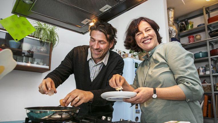 Robert Lagendijk is specialist in het maken van Broodje Gat. Agnes van den Amdel helpt hem een handje Beeld Dingena Mol