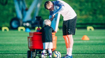 """""""Cute alert"""": De Bruyne verschijnt met zoontje van drie op trainingsveld City"""
