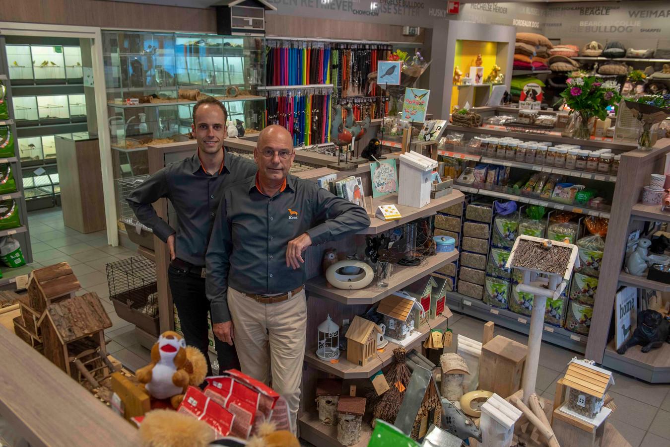 Sander en Kees van Gils in de winkel.