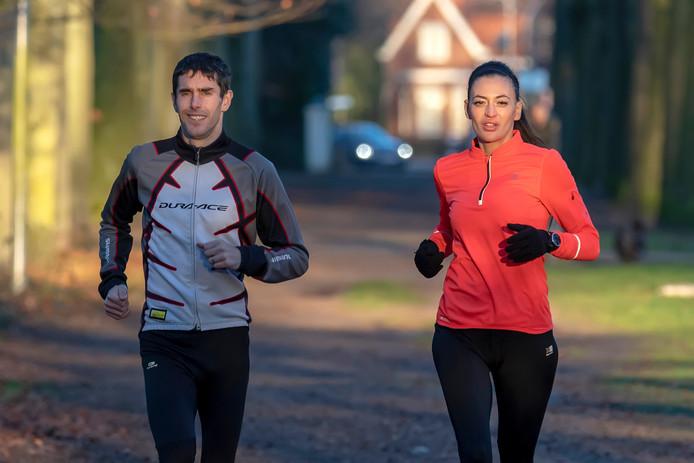 Arno en Meriem van Triest liepen in 7 dagen 7 marathons lopen op 7 verschillende continenten. Met die prestatie komen ze in het Guinness Book of Records.