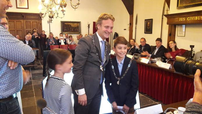 Kinderburgemeester Tijn Trijssenaar (r) poseert met de echte burgemeester Pieter Verhoeve voor de fotograaf.
