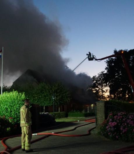 Brand in rietgedekte boerderij Nijeveen, mensen en paarden op tijd veilig