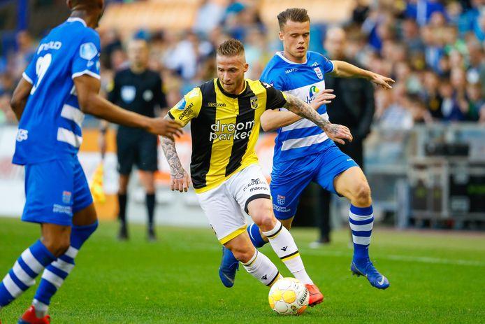 Alexander Büttner in actie voor Vitesse tegen PEC Zwolle. De Achterhoeker kan naar de Verenigde Staten.