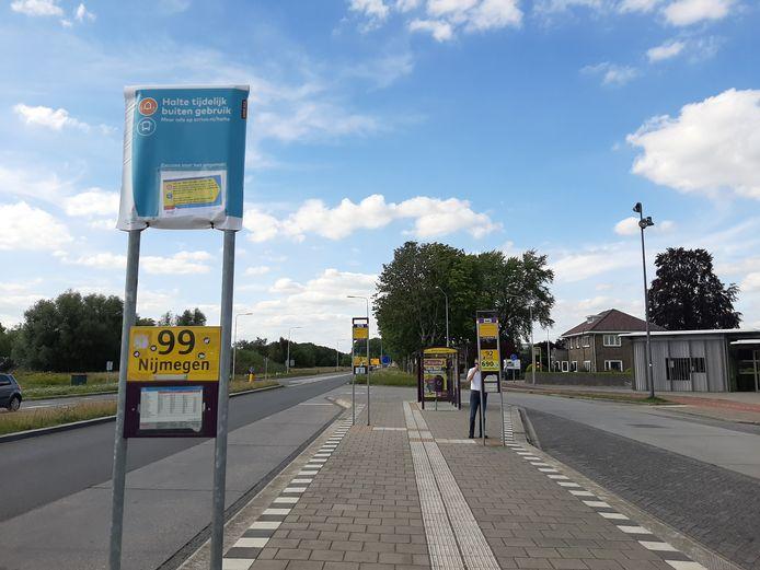De Maasbrug bij Grave is niet veilig genoeg. Zware vrachtwagens, bussen en landbouwverkeer moeten voorlopig omrijden. Ook de busroutes zijn omgelegd.