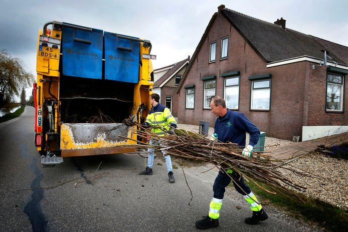 En in Schelluinen  verdwijnt de zoveelste bundel snoeihout in de vuilniswagen die maandag een speciale takkenroute reed.