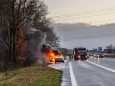 Auto vliegt tijdens rijden in brand op N261 bij Tilburg, bestuurder kan net op tijd uitstappen
