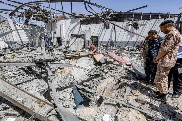 Militairen staan in het puin van het migrantencentrum in de buitenwijk Tajoura in Tripoli.