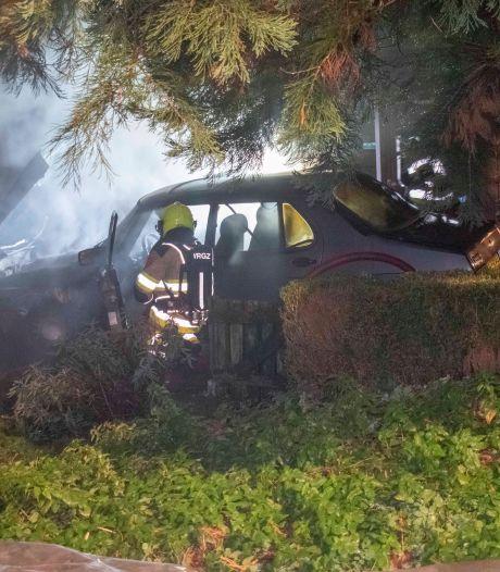 Auto bij woning vat vlam, brandweer voorkomt overslag naar andere voertuigen