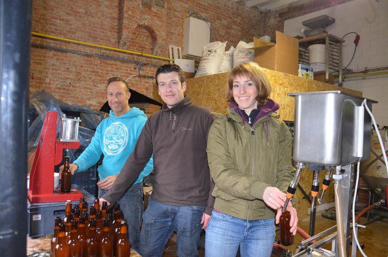 Michaël Van Krieken, Bram Bossuyt en Elyse De Graeve hadden afgelopen weekend de handen vol met het bottelen van 'de Slower'.