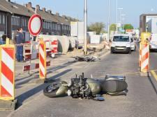 Motor knalt vol op overstekende fietser in Tilburg, traumahelikopter opgeroepen