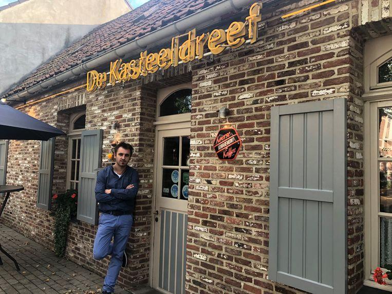 Nicolas Sanmodesto voor zijn café De Kasteeldreef.