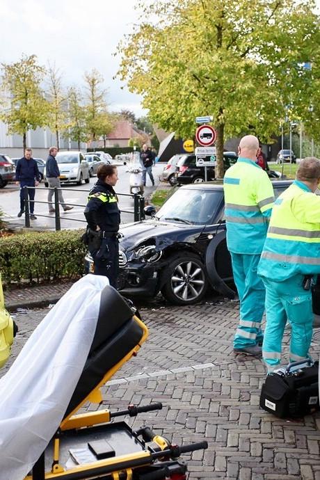 Vrouw bekneld in auto na ongeluk in Dongen